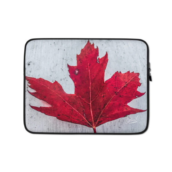 Protect your laptop in Canadiana style—get this snug, maple red laptop sleeve! To prevent any scratch marks its interior is fully lined with faux fur.